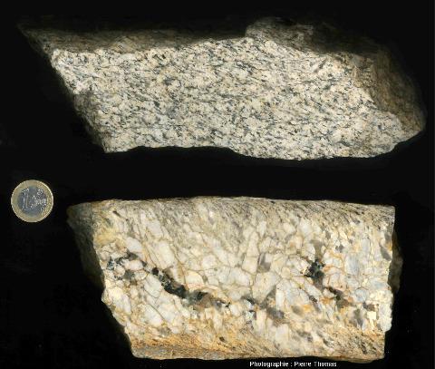 Juxtaposition de photos brutes de l'échantillon de pegmatite syncinématique de la figure précédente et d'un échantillon de son encaissant, un granite légèrement schistosé