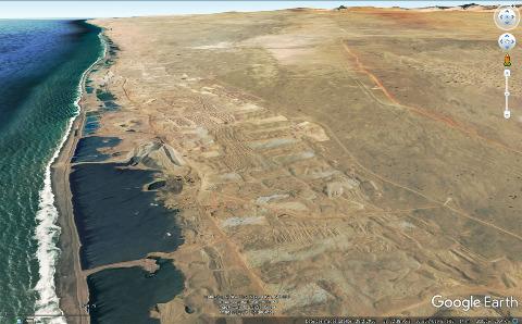 Vue aérienne montrant l'importance des excavations et des déblais de sable dus à l'exploitation des diamants dans les alluvions sableuses de la côte au Sud du désert du Namib, 650km au Sud de Walvis Bay, juste au Nord de l'embouchure de l'Orange