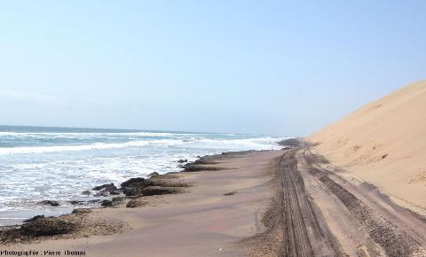 La piste qui va de Walvis Bay à Sandwich Harbour, le long de laquelle ont été prises toutes les photos, est parfois coincée entre la mer et le champ de dune, et est submergée à chaque marée haute