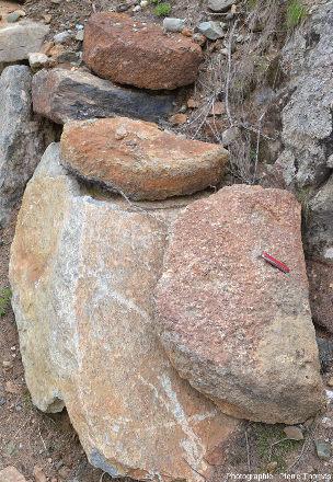 Fragments de trois meules destinées à des moulins à grains, géosite minier de Saint-Marcel et Servette (Val d'Aoste, Italie)