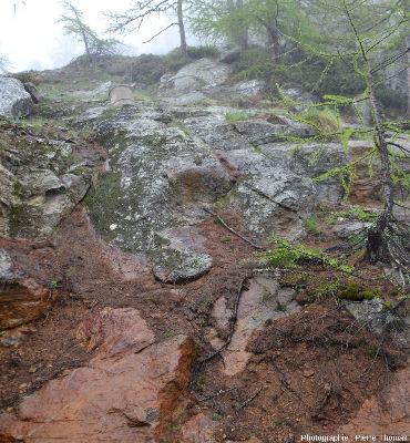 Vue d'ensemble d'un secteur du Sentier Découverte où l'on voit une meule non terminée, non détachée de la paroi et restée en place sur son lieu d'extraction
