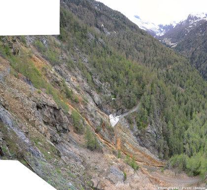 Vue d'un secteur riche en entrées de galeries d'exploitation de sulfures dans la partie Sud des mines de Servette (Val d'Aoste)