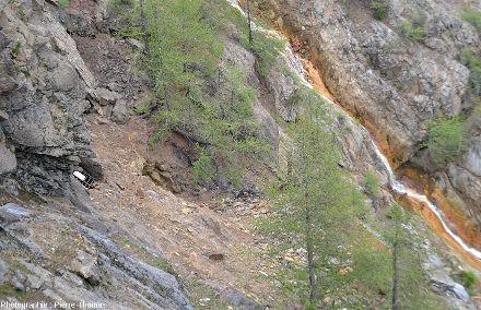 Zoom sur une entrée d'ancienne galerie, géosite minier de Servette (Val d'Aoste)