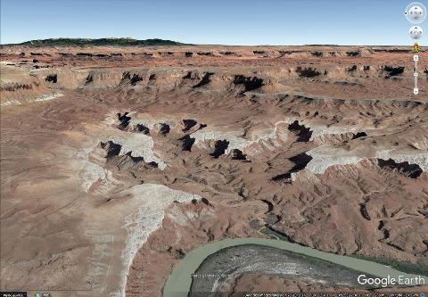 Vue aérienne en direction de l'Est des reculées des figures 1 et 2 dans le Parc national de Canyonlands (Utah)