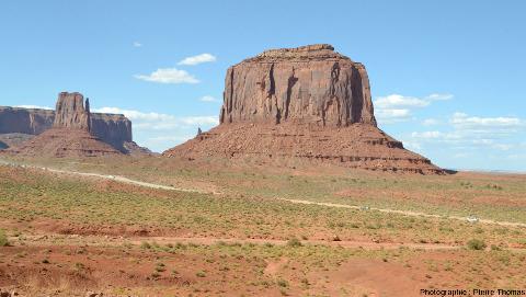 Vue sur deux buttes témoins, les East and West Mitten Buttes, montrant la continuité latérale des divers niveaux stratigraphiques de Monument Valley
