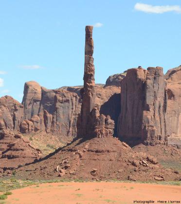 """Vue sur une des plus """"étroites"""" des buttes témoins de Monument Valley, le Totem Pole (mât totémique)"""