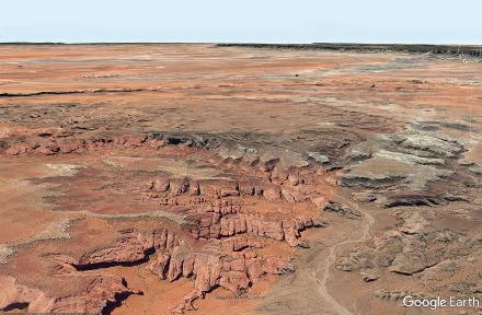 Vue aérienne d'un des bords de Monument Valley montrant le principal réseau de diaclases orientées N150-160°