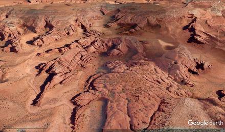 Vue aérienne d'un des bords de Monument Valley montrant les deux réseaux de diaclases orientées N150-160° et N20-30°