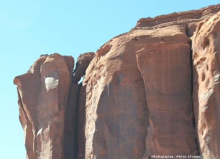 Détail du haut de la diaclase séparant le parallélépipède le plus à gauche de la masse de la butte témoin précédente, Monument Valley (USA)