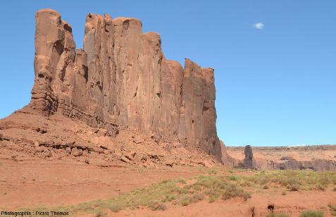 Une butte témoin allongée mais très étroite, Monument Valley (USA)