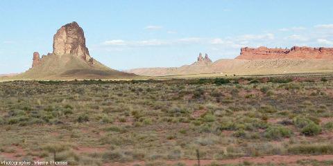 Vue de loin d'un neck traversant les grès de la région de Monument Valley (USA)