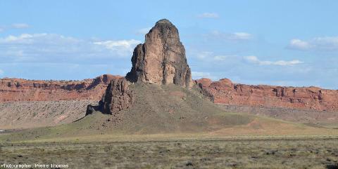 Vue de près d'un neck traversant les grès de la région de Monument Valley (USA)