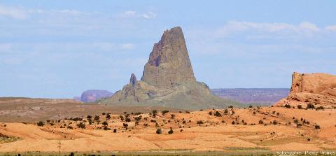 Vue de loin d'un autre neck traversant les grès de la région de Monument Valley (USA)