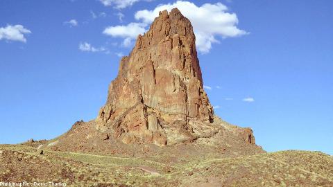 Vue de près d'un autre neck traversant les grès de la région de Monument Valley (USA)