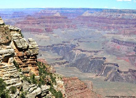 Vue d'ensemble de la rive Nord (rive droite) du Grand Canyon du Colorado depuis l'un des très nombreux points de vue aménagés par le Parc National sur la rive Sud (rive gauche), Arizona (USA)