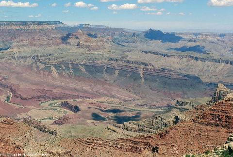 Zoom sur le centre de l'image précédente, permettant de bien voir la discordance Cambrien/Protérozoïque supérieur stratifié, Grand Canyon du Colorado, Arizona (USA)