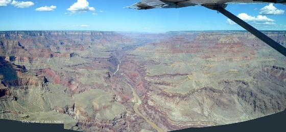 Vue aérienne (mosaïque) du Grand Canyon du Colorado (Arizona) prise en direction du Nord-Ouest (vers l'aval) depuis un point situé à une quinzaine de kilomètres de Grand Canyon South Rim Village