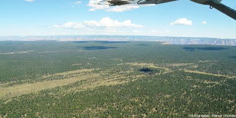 """Vue, en direction du Nord-Est, sur le plateau du Colorado au niveau de la """"branche Ouest"""" du Grand Canyon"""