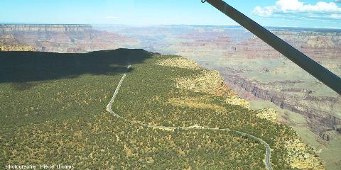 Vue sur le bord du canyon, rive gauche, un peu en amont de Grand Canyon South Rim Village, Arizona (USA)