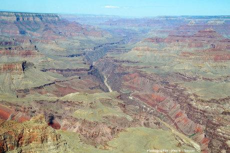Vue du canyon prise approximativement à la verticale du fleuve Colorado, Arizona (USA)