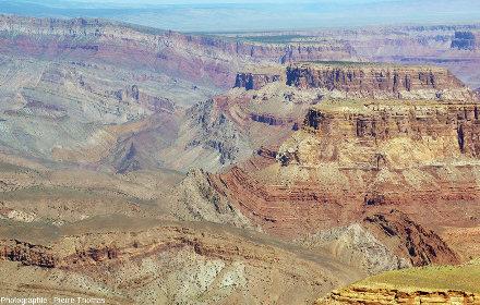Zoom sur les couches très inclinées, voire quasi-verticales, au niveau de la flexure permettant le raccord entre les parties Ouest (≈2500m) et Est (≈1900m) du plateau