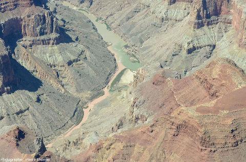 Zoom sur le confluent Colorado / Petit Colorado vu depuis l'amont du confluent, au-dessus du canyon du Petit Colorado