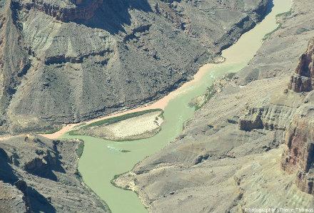 Zoom sur le confluent Colorado / Petit Colorado vu depuis l'amont du confluent, au-dessus du lit du Colorado