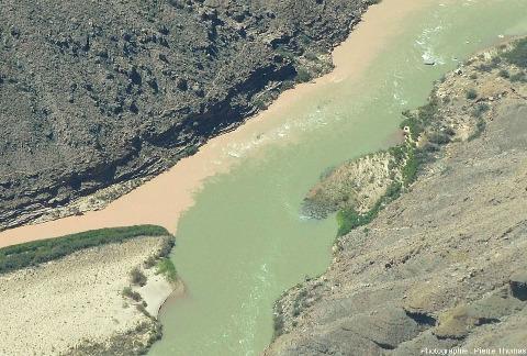 Détail du confluent Colorado / Petit Colorado vu depuis l'amont du confluent, au-dessus du lit du Colorado