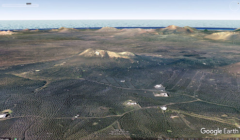 Vue aérienne de la vallée de la Geria et de ses multiples dépressions ceinturées de zocos au centre de l'ile de Lanzarote (Canaries)