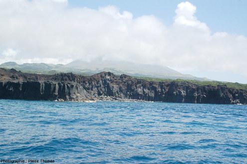 Vue depuis la mer de la falaise bordière limitant la zone viticole (invisible sur cette photo) de l'océan, ile de Pico, Açores