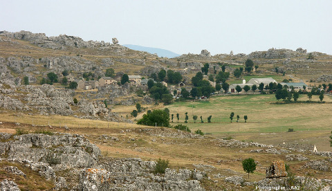 Hameau du Veygalier (commune de Fraissinet de Fourques, Lozère) au sein des pinacles dolomitiques formés dans du Bathonien supérieur, à l'extrémité Est du site de Nimes le Vieux