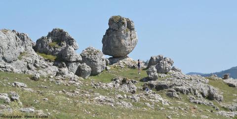 Relief ruiniforme du karst dolomitique autour du hameau du Veygalier (Lozère)