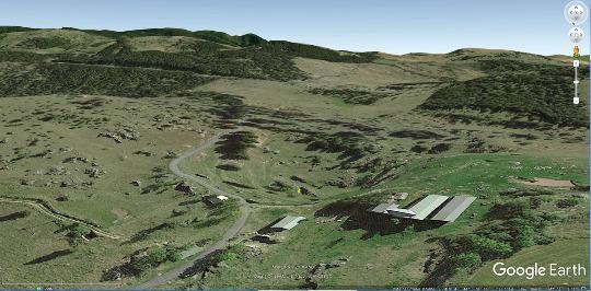 Vue aérienne de la doline de Dargilan, creusée dans des dolomies bathoniennes