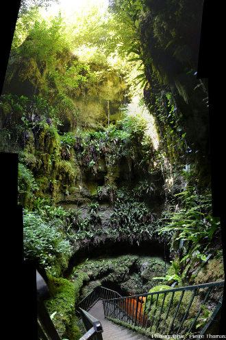 En descendant dans le puits de l'Abime de la Fage (commune de Noailles, Corrèze)