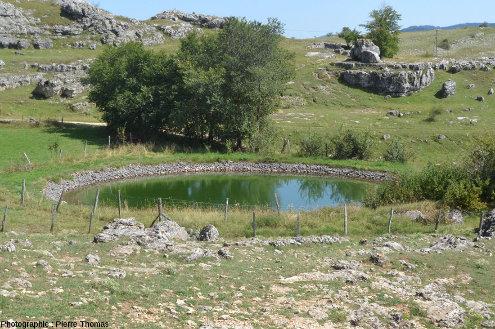 Une lavogne près du hameau du Veygalier sur le Causse Méjean (Lozère)