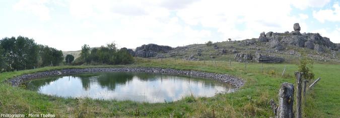 La lavogne du Veygalier (Lozère) dans son cadre morphologique au pied d'un chaos ruiniforme