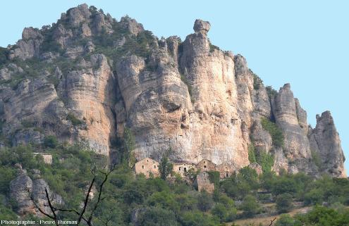 Hameau troglodytique d'Églazines dominant les gorges du Tarn, Mostuéjouls, Aveyron