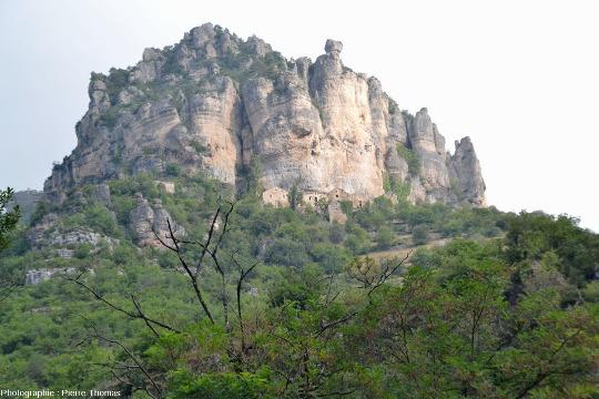 Vue sur le hameau troglodytique d'Eglazines qui domine les gorges du Tarn, Mostuéjouls, Aveyron