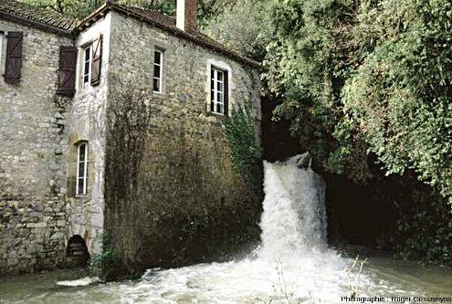 La source de Briance (Martel et Saint-Denis-lès-Martels, Lot) photographiée en période de hautes eaux