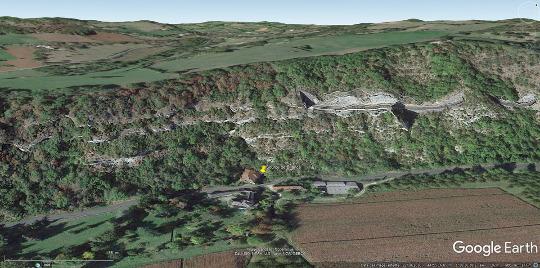 Contexte morphologique de la source de Briance (punaise jaune) au pied du Causse de Martel qui domine la vallée de la Dordogne