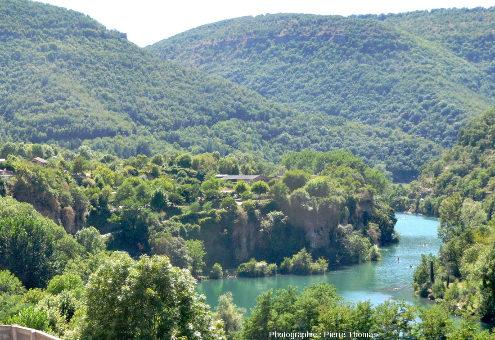 Vue latérale de la terrasse de travertin qui domine le Tarn au niveau du village de Saint-Rome-de-Tarn