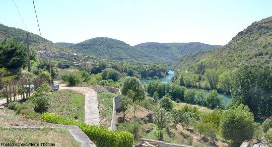 Vue sur la terrasse de travertin qui domine le Tarn au niveau du village de Saint-Rome-de-Tarn