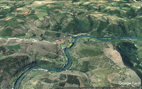 Vue aérienne oblique montrant la position et la géométrie de la terrasse de travertin de Saint-Rome-de-Tarn (Aveyron)