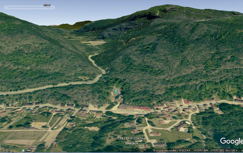Localisation de la cascade de Glandieu (croix bleue) au fond d'une mini-vallée entaillant l'escarpement séparant les Monts du Jura des alluvions de la vallée du Rhône