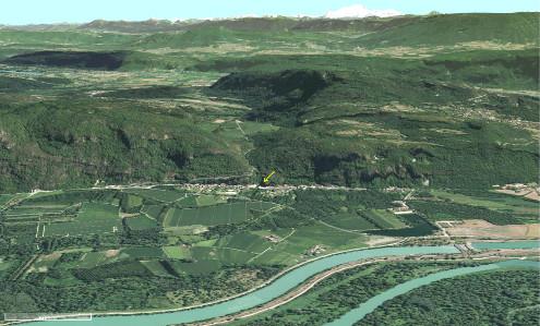 Contexte morphologique de la cascade de Glandieu (flèche jaune) qui saute des calcaires du Jurassique supérieur sur les alluvions du Rhône
