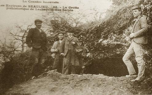 """Carte postale de l'époque montrant des """"fouilleurs"""" posant devant l'entrée de la Bouffia Bonneval, où venait d'être trouvé le squelette d'un Néandertalien volontairement inhumé"""