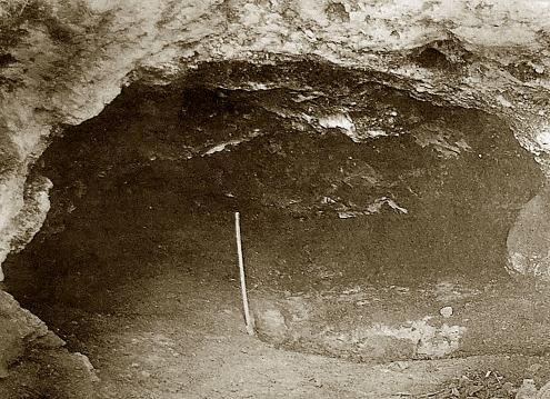 L'intérieur de la Bouffia Bonneval en 1908, où venait d'être trouvé le squelette d'un Néandertalien volontairement inhumé