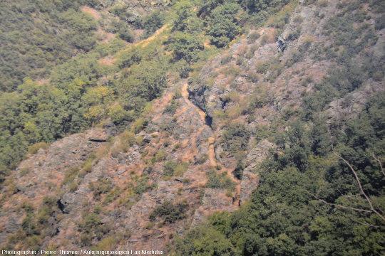 Panneau présenté par l'Aula arqueológica de Las Médulas montrant une section bien conservée d'un ancien canal romain courant horizontalement à flanc de montagne