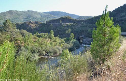 Vue sur le Rio Sil et l'entrée amont du tunnel romain de Montefurado