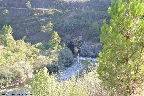 Vue sur l'entrée amont du tunnel romain de Montefurado
